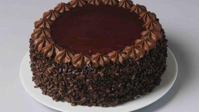 """Как украсить торт """"Прага"""" в домашних условиях: фото идей, советы по оформлению"""