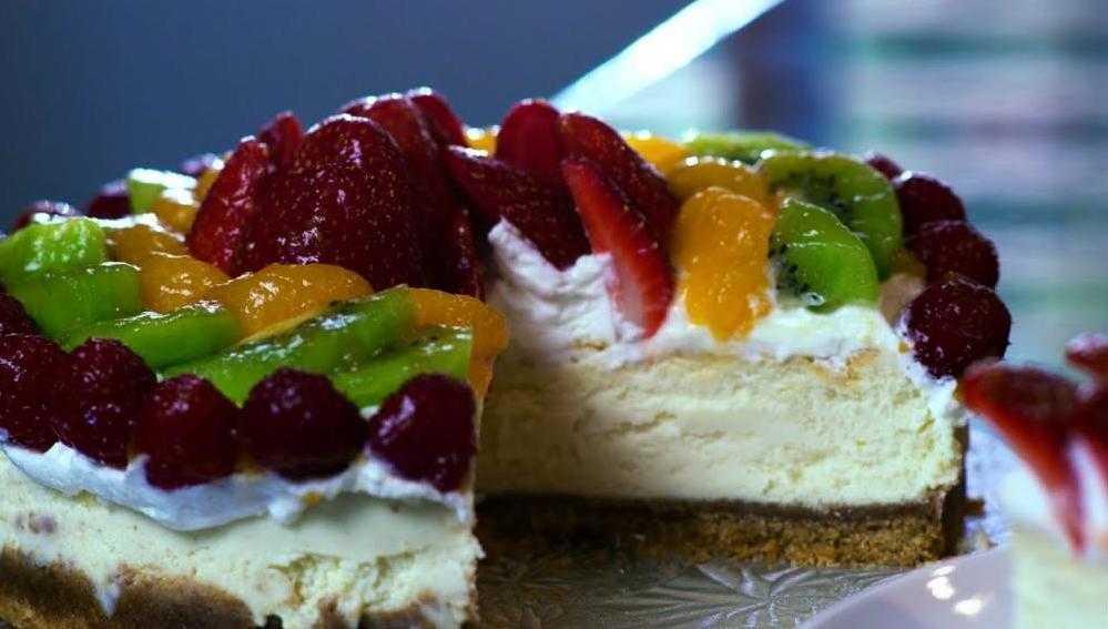 Чизкейк, украшенный фруктами и ягодами