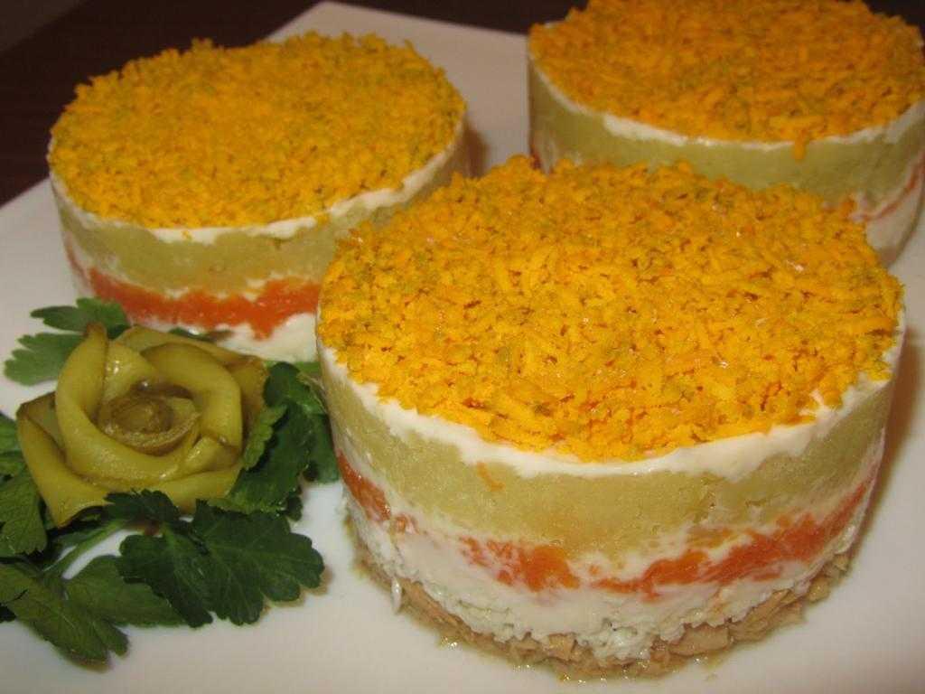 """Салат """"Мимоза"""": рецепт с картошкой, сыром и консервами"""