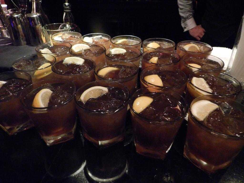 С чем пить черный ром: способы употребления и полезные советы