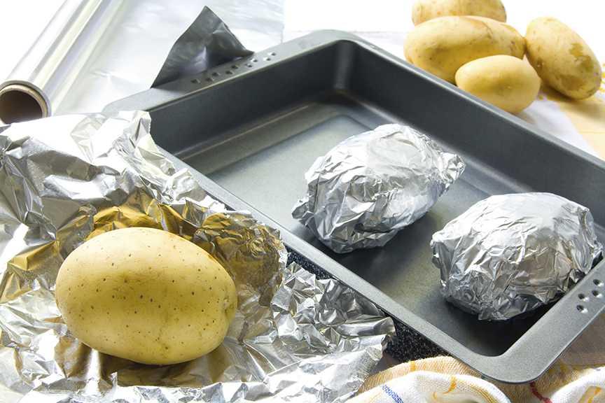 Сколько готовить картошку в фольге в духовке