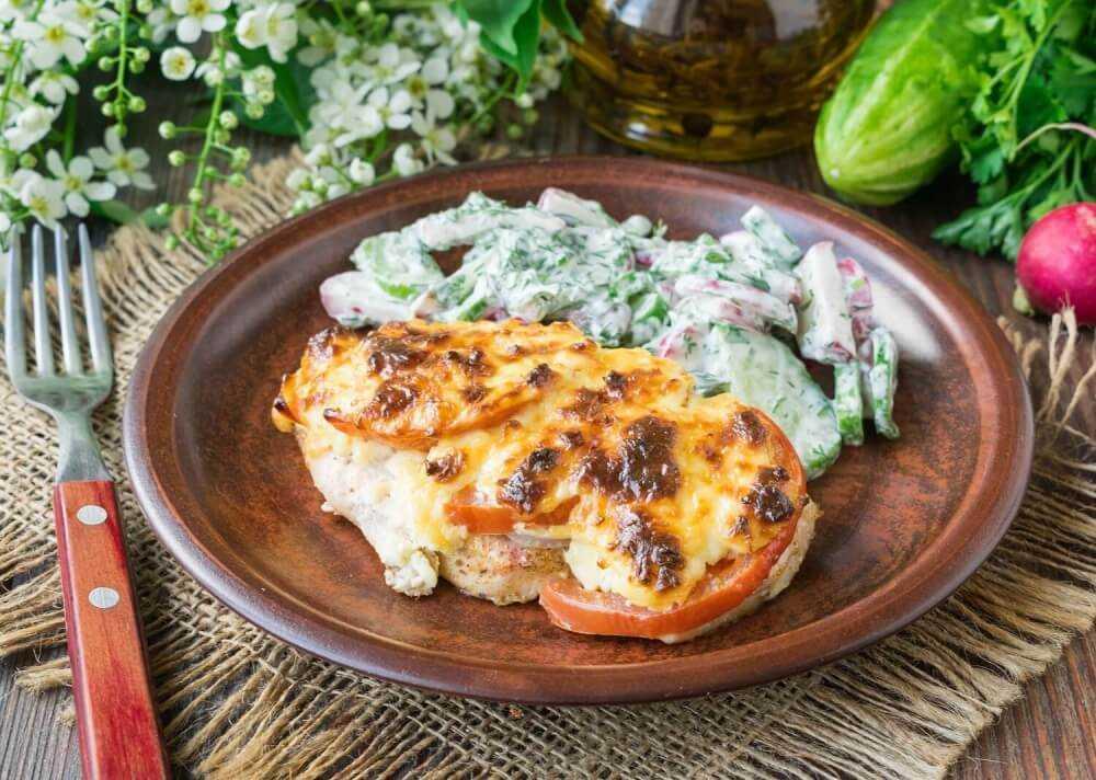 Грудка, запеченная с помидором и сыром: способы приготовления