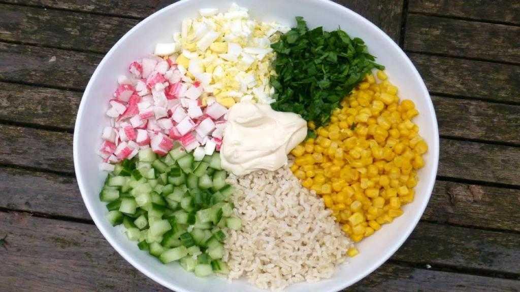 Как приготовить крабовый салат с кукурузой: ингредиенты, классический рецепт