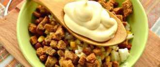 Салаты с сухариками и колбасой: рецепты повседневные и праздничные с фото