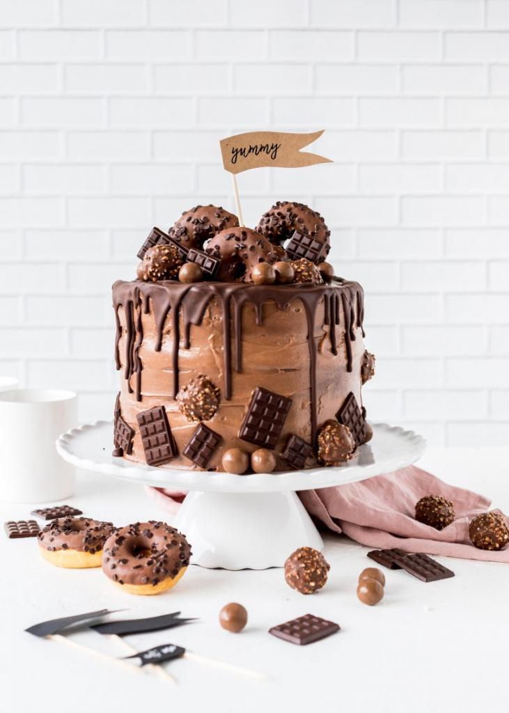 Украшение торта сладостями