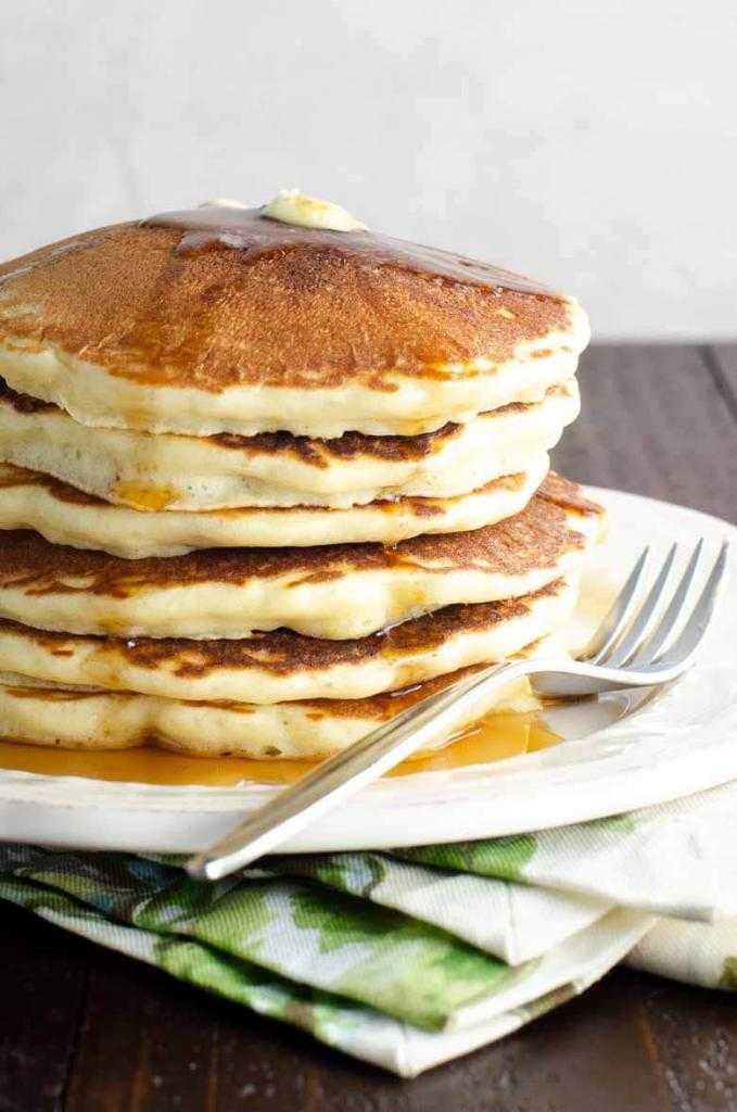 Пышные оладьи на кислом молоке с дрожжами: рецепты и советы по приготовлению