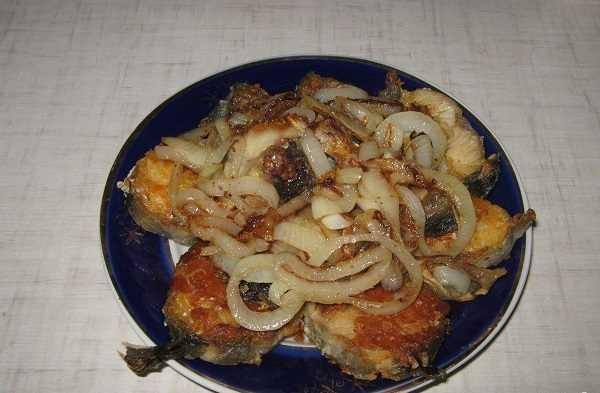 Как пожарить минтай с луком на сковороде: вкусные рецепты