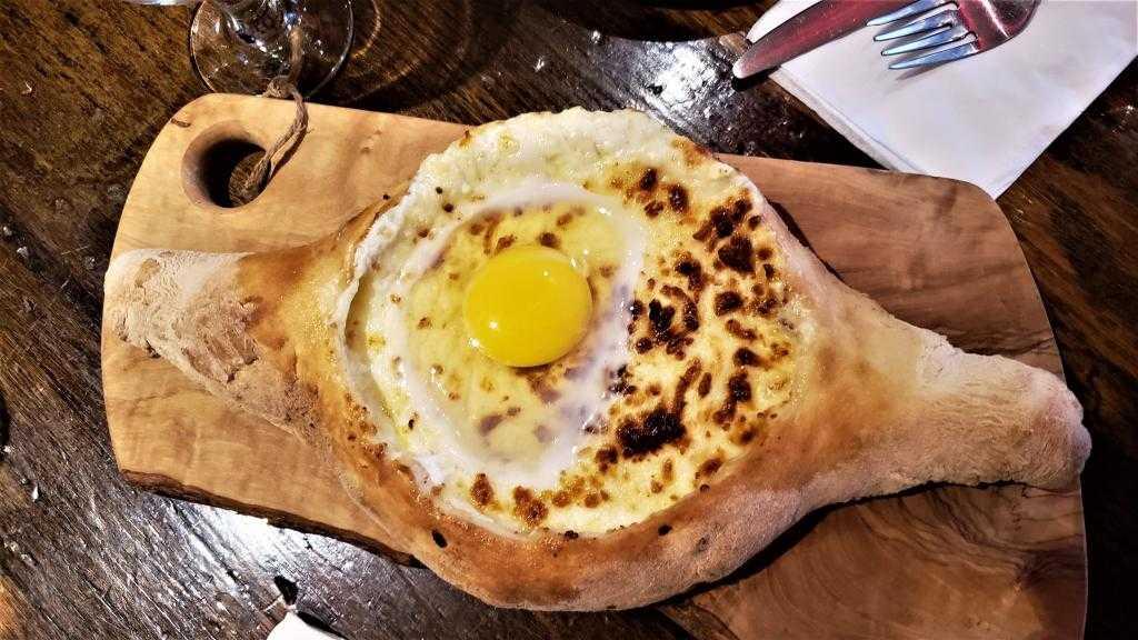 "Хачапури по-аджарски ""Лодочки с яйцом"": ингредиенты, рецепт приготовления, фото"