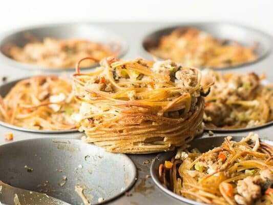 Вкусный ужин: лапша гнезда с фаршем на сковороде